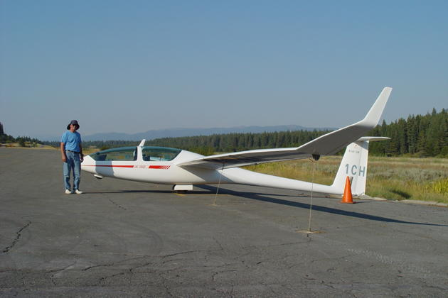 Charlie Hayes and his DG-1000 after landing at the South Lake Tahoe airport.