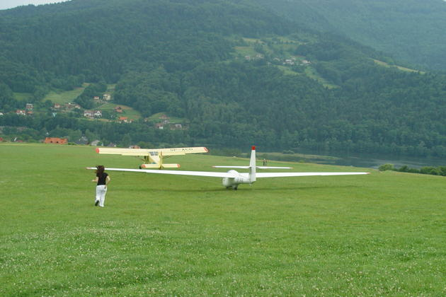 Launching downhill in the Puchacz with Miroslaw Nawoj, at the Mountain Gliding School Zar.